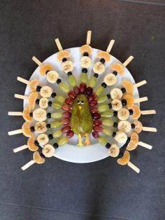 Pauw met fruitspiesjes