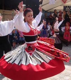 MINHOTOS EM FRANÇA DANÇAM EM AULNAY-SOUS-BOIS -- Traje domingar de saia avergastada preta Folk Dance, Dance Art, Portuguese Tattoo, Portuguese Empire, White Linen Skirt, Minho, Tribal Outfit, Folk Clothing, Big Country