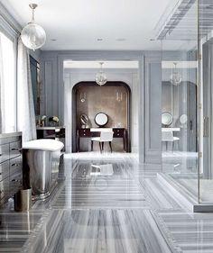 Banheiro + closet: paredes cinza, banheira e cômoda espelhada, box de vidro, penteadeira de magno #decor #banheiro #closet