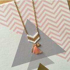 Sautoir tendance, féminin et léger.  Tissage à la main en perles japonaises Miyuki Delicat en verre avec pampille dorée.  Création originale / Fait main  Duo de couleurs : bl - 18871064