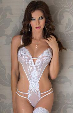 Softline Sue body białe Delikatne a zarazem bardzo ponętne body wykonane z elastycznej koronki.