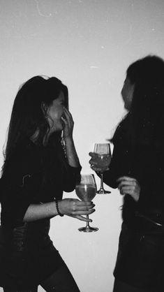 Drinking wine with friends is a joy. If you do, … – Drinking wine with friends is a joy. If you do, … – friend photoshoot❤️. Foto Best Friend, Best Friend Fotos, My Best Friend, Cute Friend Pictures, Friend Photos, Cool Girl Pictures, Party Pictures, Shooting Photo Amis, Cute Friends