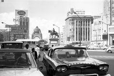 """Un taxi """"cocodrilo"""" en el cruce de Reforma y la avenida Juárez alrededor de 1970"""