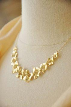 Flower Necklace, Flower Jewelry, Jewelry Box, Jewelery, Mens Gold Jewelry, Gold Jewellery, Delicate Gold Necklace, Pretty Necklaces, Necklace Designs