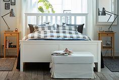 HEMNES Bettgestell in Schwarzbraun geht in seinem Stil nie aus der Mode. Durch die verstellbaren Bettseiten lassen sich Matratzen unterschiedlicher Stärke verwenden.