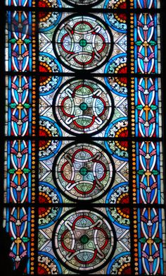 Red quatrefoil in circle design - Stained glass window - Basilique de Saint-Denis, Paris
