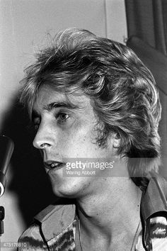 Mick Ronson being inducted into Mott the Hoople 1974 Black White Photos, Black And White, Ian Hunter, Mott The Hoople, Mick Ronson, Platinum Hair, David Bowie, Spider, Faces