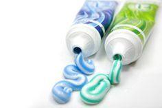 Flecken entfernen mit Zahnpasta? Das geht! Denn genauso wie z.B. Essig ist auch Zahnpasta ein tolles Putzmittel. Hier 6 Tipps, was Sie damit sauber bekommen.    Es gibt einige Hausmittel aus der Küche, mit denen sich Flecken prima entfernen lassen. So z.B. mit Essig, Salz, Zitronensaft oder Zahnpasta. Besonders mit dem Thema Fleckenentfernung mit Hilfe von Zahnpasta möchten wir uns hier ei ...