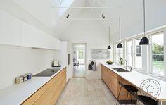 Fin ide med hvid på overskabe og bordplade mens resten af køkkenet er en anden farve. det fungerer, når væggen også er hvid.