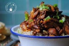 Het lekkerste recept voor Indo pulled chicken! Kruidige kip met een vleugje kaneel en een heerlijke ketjapsaus. Recept voor zowel slowcooker als stoofpan.