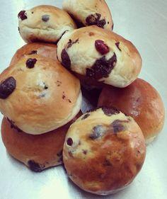 Μπριός με κράνμπερι και σοκολάτα | ION Sweets Hamburger, Muffin, Sweets, Bread, Breakfast, Cake, Desserts, Recipes, Foods