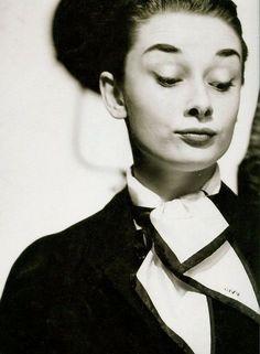 Desprezo: s.m. Ação ou efeito de desprezar; ausência de consideração; sem apreço nem estima. Audrey Hepburn