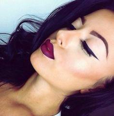 Maquiagem com batom roxo, vinho
