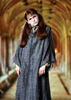 Shirley Henderson as 'Moaning Myrtle', a Muggle-born witch from Ravenclaw who was killed by the Basilisk of Salazar Slytherin acting under the orders of Tom Riddle. She haunts the first-floor bathroom at Hogwarts. Saga Harry Potter, Harry Potter Cosplay, Harry Potter World, Harry Potter Characters, Harry Potter Hogwarts, Daniel Radcliffe, Moaning Myrtle Costume, Ravenclaw, Emma Watson