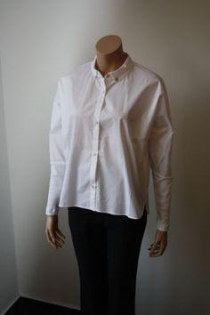 Ania Schierholt: Bluse, Baumwolle mit Baumwolljerseybündchen und Perlmuttknöpfen