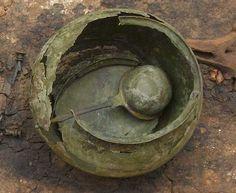 Romerske genstande i Danmark.  I det første århundrede e.v.t. nåede importerede romerske glas og bronzekar samt enkelte sølvkar frem til Danmark. Dette var luksusvarer forbeholdt eliten. I begyndelsen modtog især Fyn og Lolland-Falster disse importvarer, som vi eksempelvis finder i Hoby-graven. Siden hen dukkede romerske sager også op i resten af Danmark. For bronzekarrenes vedkommende drejede det sig ofte om kasseroller, der oprindeligt var beregnet til afmåling af vin. Herhjemme er de dog…