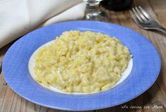 Il risotto cremoso allo zafferano è un primo piatto semplice da preparare ma reso goloso dalla cremosità conferita dall'aggiunta di formaggio spalmabile.