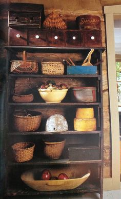 ótima ideia: estante com cestas, gamelas e outros recipientes para guardar talheres, pratos, potes etc