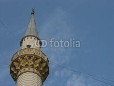 Minarett einer kleinen privaten Moschee vor blauem Himmel im Dorf Dogancay bei Adapazari in der Provinz Sakarya in der Türkei
