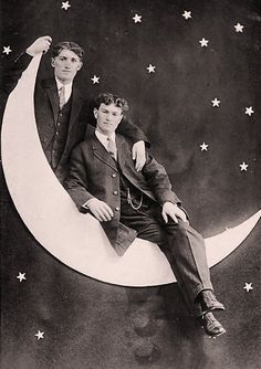 Vintage gay photo - Two men in a paper moon. Antique Photos, Vintage Photographs, Vintage Images, Vintage Pictures, Vintage Couples, Cute Gay Couples, Vintage Moon, Vintage Paper, Vintage Black