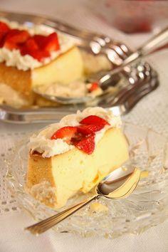 I dag vil jeg gjerne dele oldemoren min sin oppskrift på hjemmelaget karamellpudding med dere. Dette er verdens beste karamellpudding! I min familie serveres denne karamellpuddingen til en hver anledning, jul, konfirmasjon, bursdag og 17.mai. Oldemors karamellpudding lages bare med helmelk istedenfor fløte, som de fleste andre oppskrifter inneholder. Dette kommer av at under krigen var fløte … Cake Recipes, Dessert Recipes, Norwegian Food, Pudding Desserts, Cheat Meal, Bakery Cakes, Cream Cake, Cheesecake, Deserts