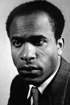 Biographie, bibliographie, lecteurs et citations de Frantz Fanon. Frantz Omar Fanon était un psychiatre et essayiste martiniquais.  Médecin psychiatre, écrivain, co..
