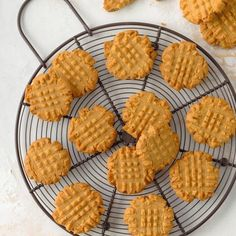19 Super Easy Cookies Made With Just 3 Ingredients Gluten Free Peanut Butter Cookies, Peanut Butter Cookie Recipe, Peanut Butter Fudge, Shortbread Recipes, Macaroon Recipes, Cookie Recipes, Shortbread Cookies, Cookie Desserts, 3 Ingredient Cookies