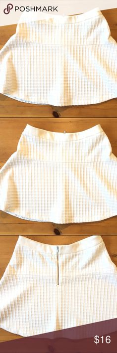 Banana Republic Skirt Excellent condition zips in the back 18 in long 15 1/4 waist polyester blend very cute 💕💕 Banana Republic Skirts Midi