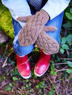 Palmikkolapaset intialaisella peukalolla | Meillä kotona Knit Mittens, Free Hair, Baby Knitting Patterns, Ugg Boots, Uggs, Gloves, Slippers, Wool, Crafts