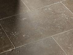 Die für Travertin charakteristischen Vertiefungen finden sich auch beim Noce, hier im Format 40x60cm – stonenaturelle