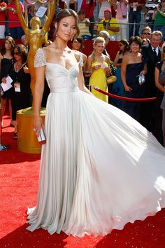 House actress Olivia Wilde at the Primetime Emmy Awards in a stunning floor-length gown from Reem Acra's Spring 2008 Collection. The ivory chiffon and satin dress had a twisted sweetheart neckline and beautiful beaded cap sleeves. Beige Prom Dresses, Red Carpet Dresses, Pretty Dresses, Beautiful Dresses, Gorgeous Dress, Formal Dresses, Reem Acra Wedding Dress, Wedding Party Dresses, Dress Party