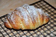 Dopo tante prove e perfezionamenti, sono finalmente riuscito a fare dei croissant sfogliati professionali in casa. E' una ricetta molto impegnativa che pero' da' tantissima soddisfazione. Se volete...