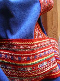 Sami embroidery Hmong Like? Lappland, Scandinavian Christmas, Scandinavian Design, Performance Kunst, Textiles, Art Textile, Fabric Yarn, Folk Costume, World Of Color