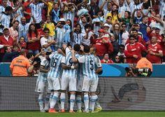 FESTEJO. Todos con la pulga, Argentina festejó ante Nigeria con la magia de Messi (AFP)