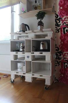 Nos encanta esta idea #DIY para tenerlo todo bien organizado en casa reciclando #pallets. ¿Te gustaría ponerte manos a la obra? #reciclaje #bricolaje