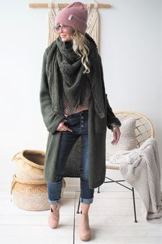 New hat outfit winter cardigans ideas Winter Fashion Outfits, Fall Winter Outfits, Winter Wear, Autumn Winter Fashion, Boho Fashion, Womens Fashion, Fashion 2018, Style Fashion, Fashion Dresses