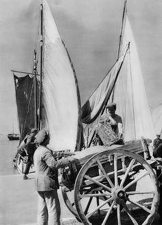 Ξεφορτώνοντας σαμάρια στο λιμάνι, το 1937