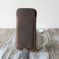 He encontrado este interesante anuncio de Etsy en https://www.etsy.com/es/listing/214771508/personalized-leather-iphone-6-case