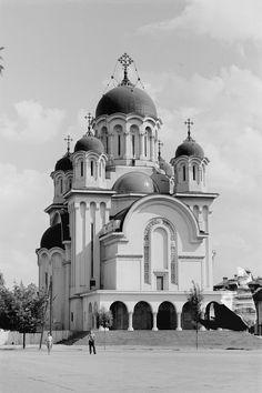 GALERIE FOTO Bucureştiul în 1956. Cum arăta oraşul după primii ani de comunism | ActiveNews Church Building, Bucharest, Old City, Beautiful Buildings, Time Travel, Building Design, Old Photos, Facade, Taj Mahal