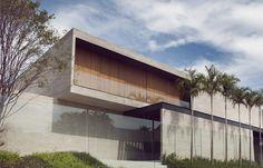 Construído na 2015 na Brasília, Brasil. Imagens do manufatura creative . Todo o processo de concepção da Casa Cubos começou com a necessidade de uma fachada cega, respeitando a privacidade que os moradores buscavam. Mas,...