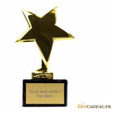 Coupe - étoile avec dédicace // Cette coupe en forme d'étoile dorée est à remettre à la star de votre vie ! Meilleure maman, meilleure amie, chanteur de choc ou mamie la plus cool à vous de faire preuve d'imagination.  34,90 € - http://www.ideecadeau.fr/coupe-etoile-avec-dedicace-personnalisee-gravee.html