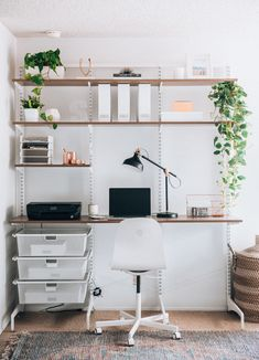 Great Home Office Shelving Design And Decor Ideas - HomyBuzz Home Office Space, Home Office Design, Home Office Decor, Office Ideas, Home Decor, Decorating Office Spaces, Small Bedroom Office, Apartment Office, Small Space Office