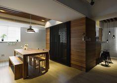 格柵做為餐廚空間的拉門,具有隱蔽性但又不會太過封閉