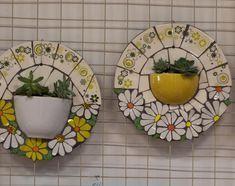La imagen puede contener: comida e interior Mosaic Tile Art, Mosaic Vase, Mosaic Flower Pots, Mirror Mosaic, Mosaic Diy, Mosaic Garden, Mosaic Crafts, Mosaic Projects, Stained Glass Patterns