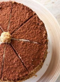 Torta di noci e nocciole con crema al caffè e mascarpone. Eh sì ... Sono questi i dolci che vogliamo per le feste: nutrienti, mica troppo light.