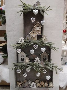 Christmas decorations with wooden boxes! 15 ideas to insp . 15 idee per ispiravi… 16 Christmas decorations with wooden boxes! Be inspired … # Weihnachtsdeko - Winter Christmas, Christmas Home, Christmas Wreaths, Christmas Ornaments, Holiday Crafts, Holiday Decor, Decoration Originale, Theme Noel, Christmas Villages