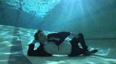 Moeder en zoon beelden hun onvoorwaardelijke liefde uit met een bizarre onderwaterdans