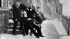 Victor Hugo (1802-1885). L'écrivain Victor Hugo (assis au centre) en exil à l'île de Guernesey, aux côtés de deux amis. c. 1865