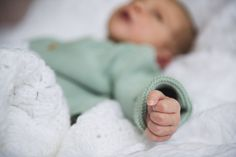 #photographie #photography #naissance #bebe #baby #famille #family Slippers, Shoes, Fashion, Birth, Photography, Bebe, Moda, Zapatos, Shoes Outlet