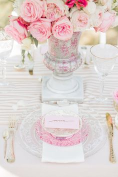 A pink and gold luxe table setting Wedding Designs, Wedding Styles, Wedding Ideas, Wedding Reception, Wedding Table Settings, Place Settings, Deco Table, Color Rosa, Wedding Centerpieces